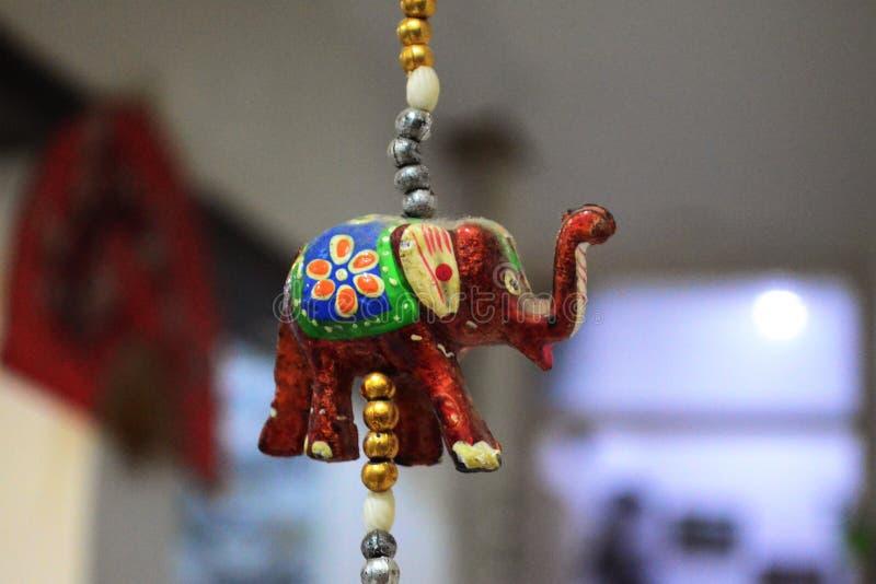 Een olifant die in ther proberen te hangen stock illustratie