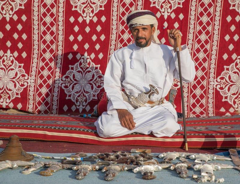 Een Omani mens met zijn messeninzameling stock foto