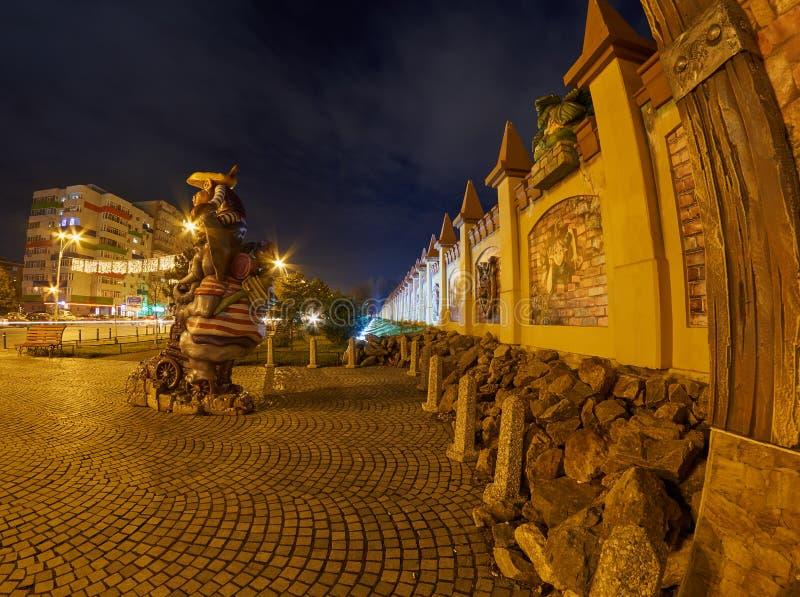 Een omheining van een afleidingspark bij nacht kleurrijk met lichten bij nacht in een stad stock foto