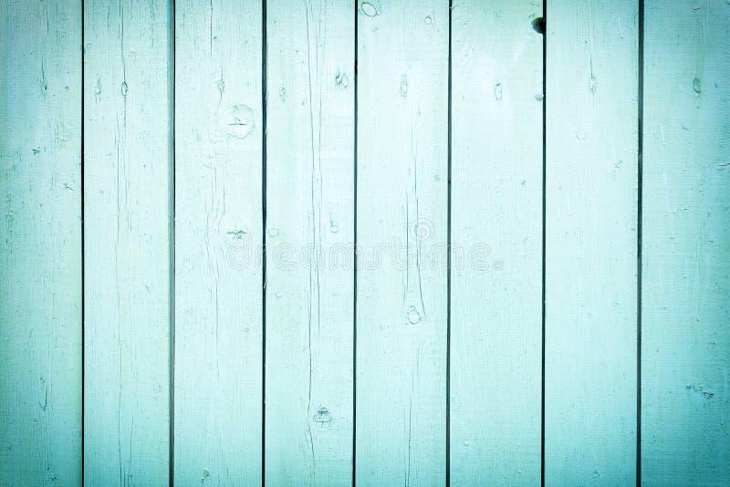 Een omheining van verticale lichte turkooise raad Lege achtergrond met een textuur van houten latjes royalty-vrije stock afbeelding