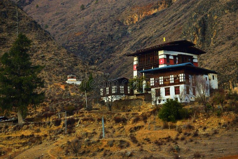 een onbekend Boeddhistisch Klooster van Dzong in het Koninkrijk van Bhutan stock foto's