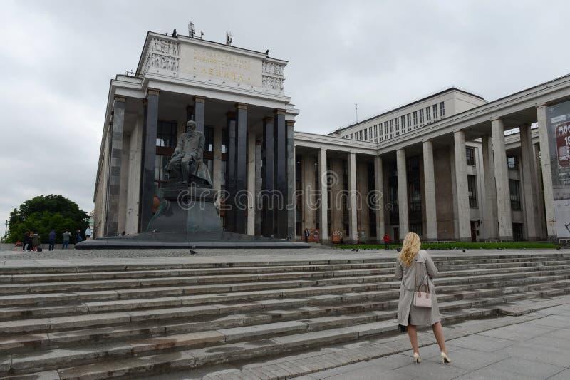 Een onbekende vrouw bij de Russische Bibliotheek van de Staat stock afbeelding