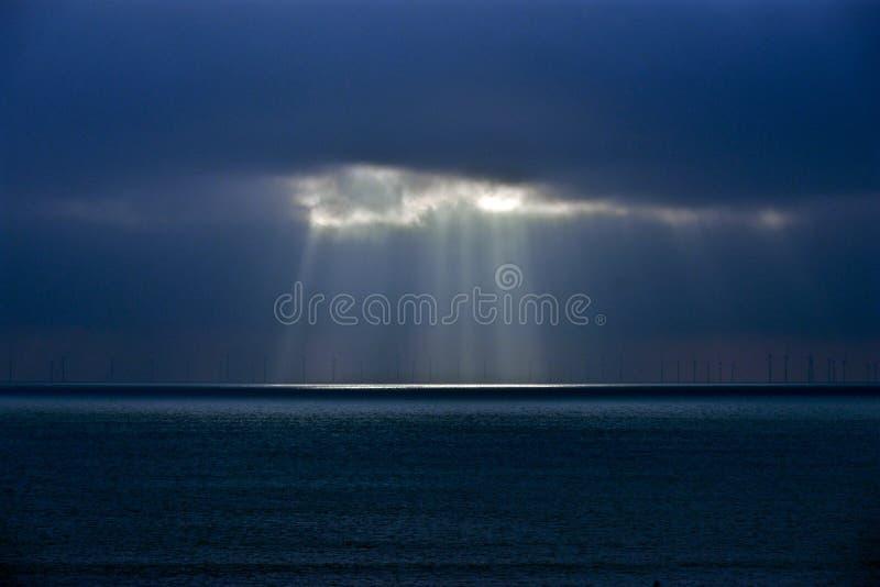 Download Een Onderbreking In De Wolkenzon Die Door Wolken Glanzen Stock Afbeelding - Afbeelding bestaande uit landbouwbedrijf, turbine: 107701643