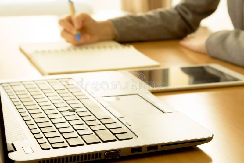 Een Onderneemster overhandigt het richten bij bedrijfsdocument royalty-vrije stock afbeelding