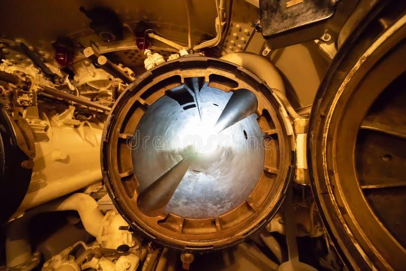 Een onderzeese torpedobuis die beide geopende broedsels tonen royalty-vrije stock foto