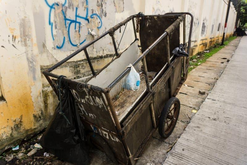 Een ongedwongenheid unmaintained kar voor het dragen van huisvuilpark aan kant de straatfoto in Djakarta Indonesië wordt genomen  stock foto