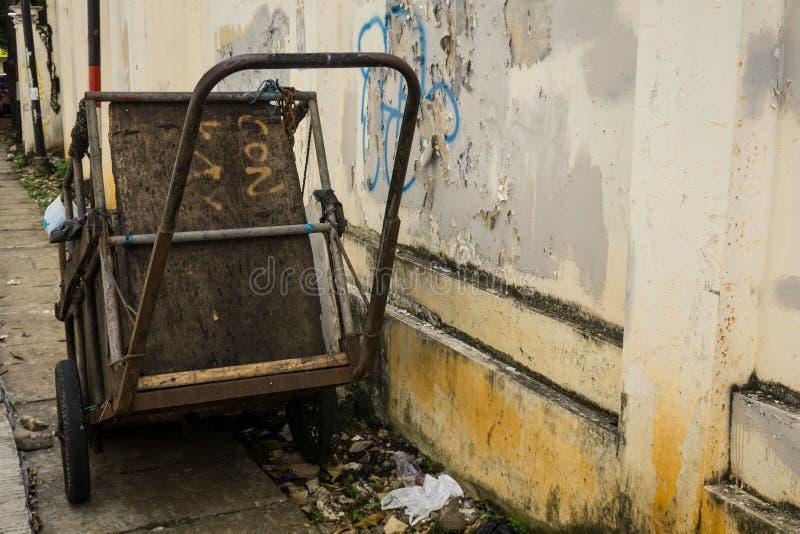 Een ongedwongenheidskar voor het dragen van huisvuilpark aan kant de straatfoto in Djakarta Indonesië wordt genomen dat stock fotografie