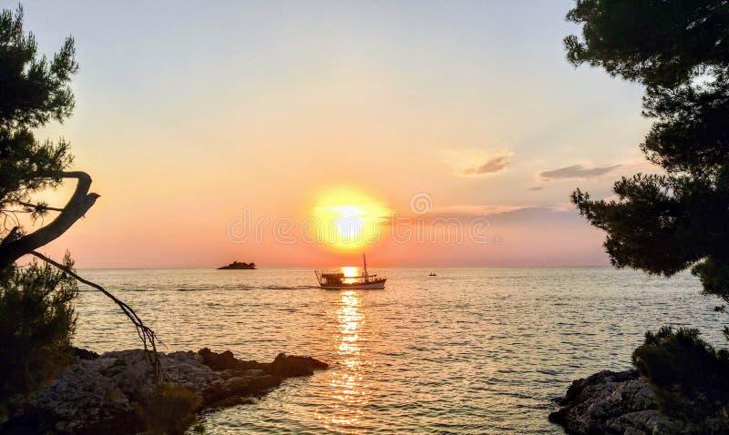 Een ongelooflijk mooie zonsondergang met de zon die onderaan voorbij het Adriatische overzees buiten Rovinj, Kroatië gaan royalty-vrije stock afbeeldingen