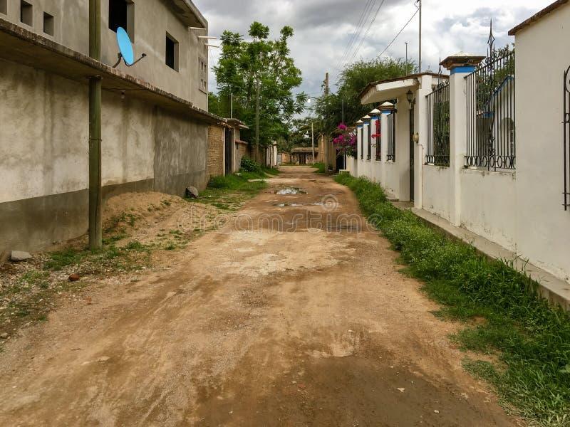 Een ongeplaveide woonstraat in Oaxaca stock foto