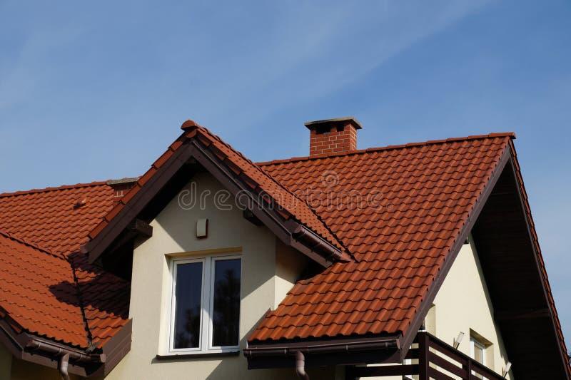 Een onlangs gebouwd woondiehuis, een dak van keramische tegels wordt gemaakt stock fotografie