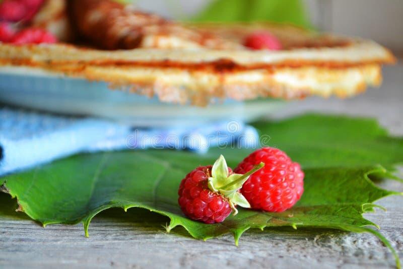 Een ontbijt van het land met stapel van rijpe frambozen en omfloerst dun Zoet dessert bio voedsel stock afbeeldingen