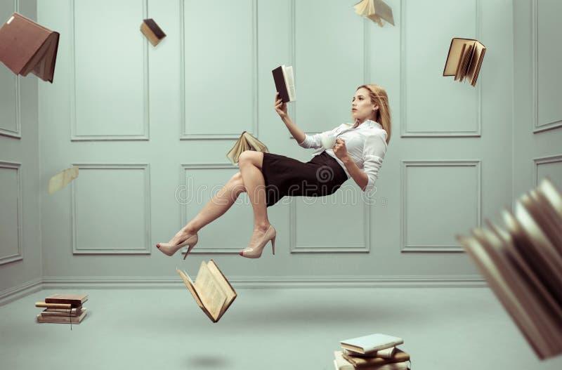 Een ontspannen vrouw levitatie ondergaat in een ruimte stock foto's
