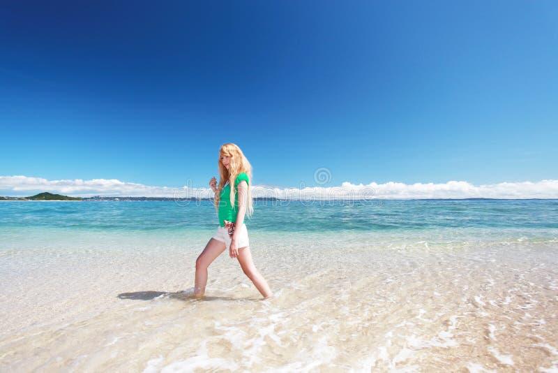 Een ontspannen vrouw op het strand. royalty-vrije stock foto's