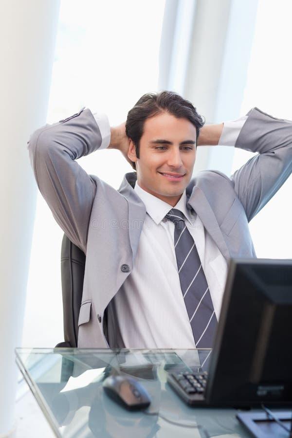 Een ontspannen zakenman die met een computer werkt royalty-vrije stock foto