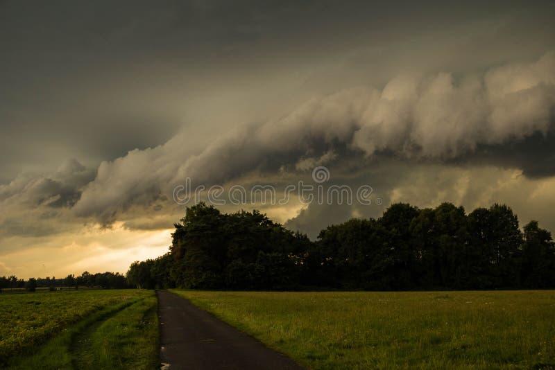 Een onweer brouwt stock foto