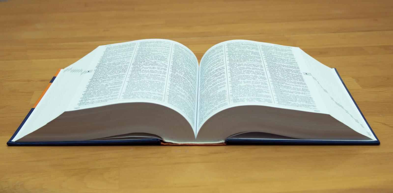 Een open boek op een houten lijst stock fotografie