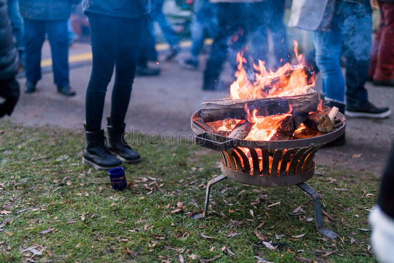 Een open brand verwarmt bezoekers aan de Kerstmismarkt door het Meer, K royalty-vrije stock foto
