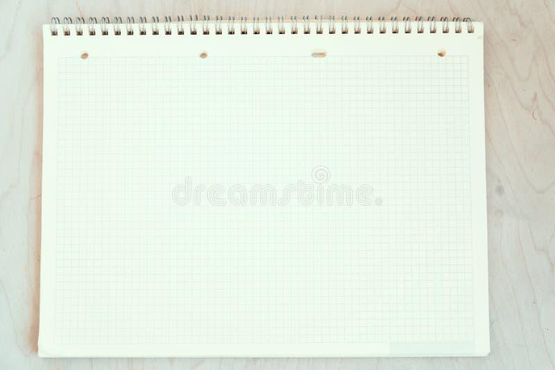 Een open leeg notitieboekje, pagina's in een kooi royalty-vrije stock afbeeldingen
