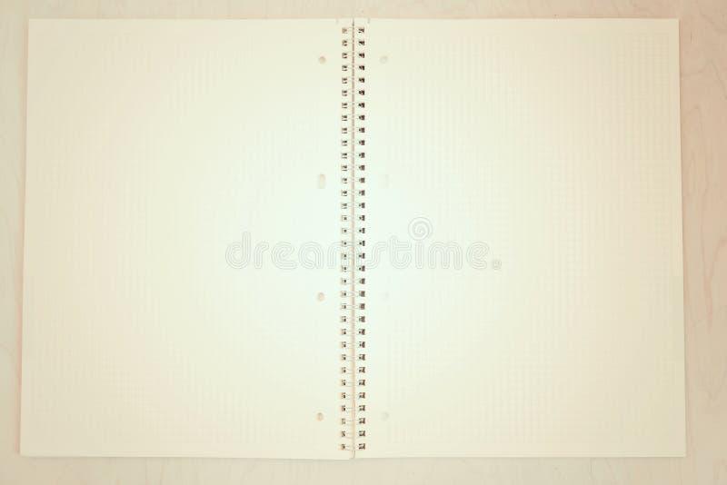Een open leeg notitieboekje, pagina's in een kooi stock foto's
