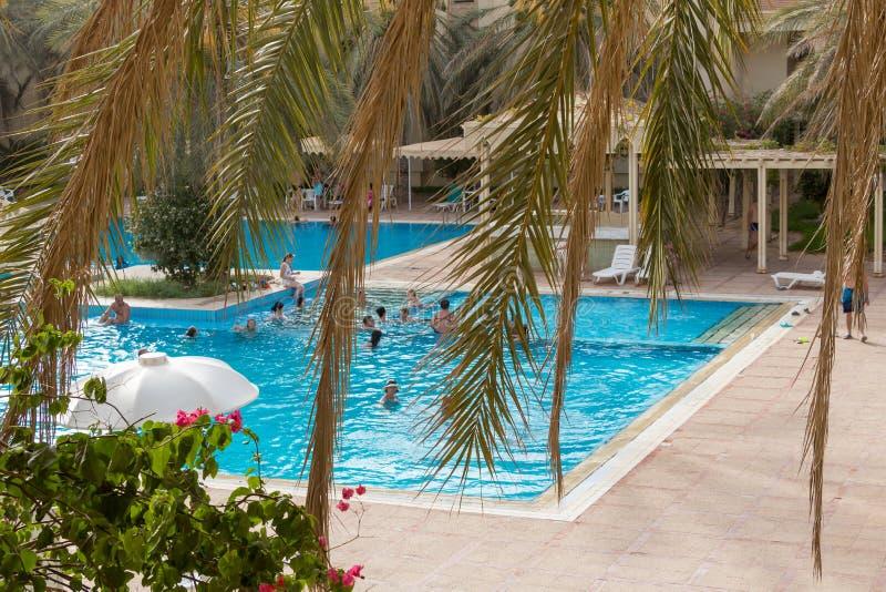Een openlucht zwembad met duidelijk blauw water in de stad van Douz royalty-vrije stock afbeeldingen