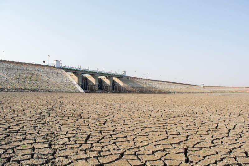 Een opgedroogde lege reservoir of een dam tijdens een de zomerhittegolf, een lage regenval en een droogte in het noordenkarnataka stock afbeelding
