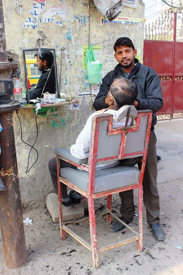Een opmaker van het straathaar in New Delhi, India stock fotografie