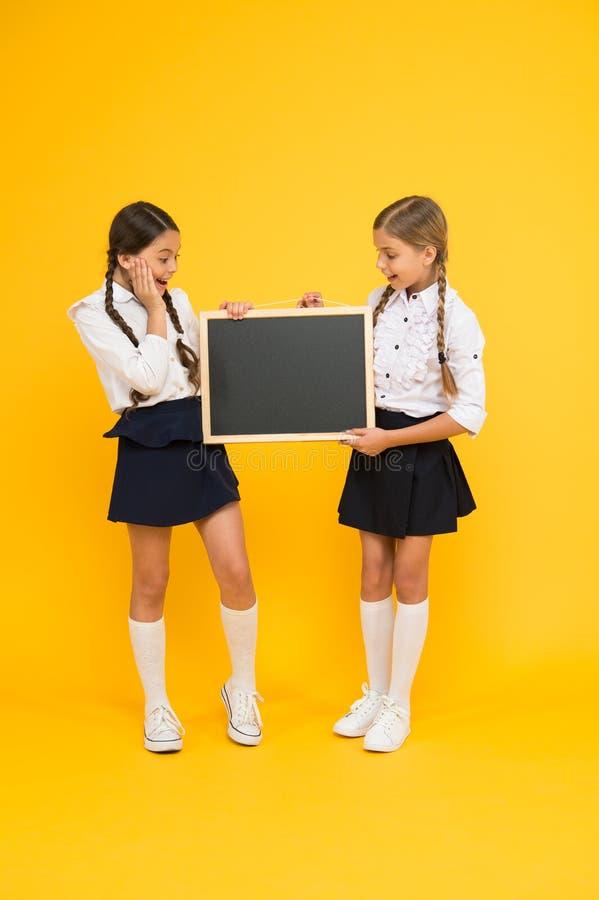 Een opnieuw te gebruiken het schrijven oppervlakte Kleine kinderen die bord voor les voorbereiden Kleine leerlingen met schoolbor royalty-vrije stock foto