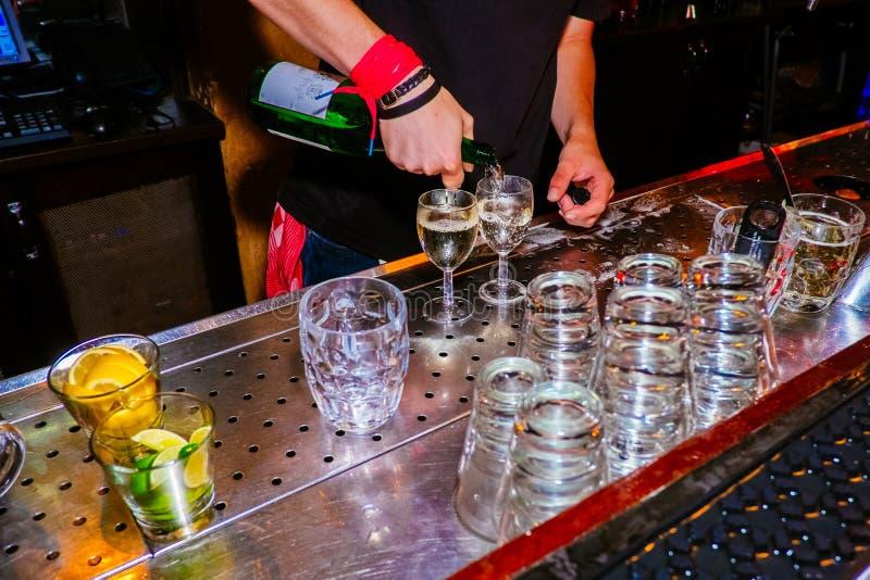 Een orde voor twee glazen witte wijn royalty-vrije stock afbeeldingen