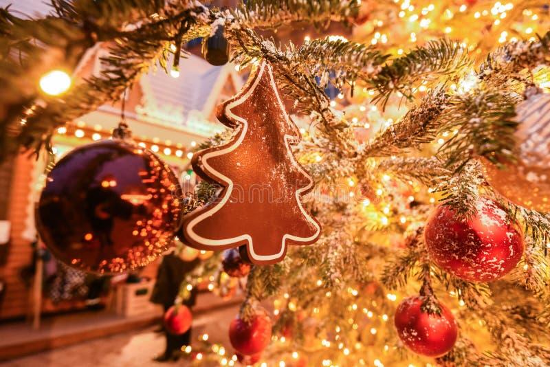Een ornament die van de Kerstmisboom op een tak hangen stock foto's