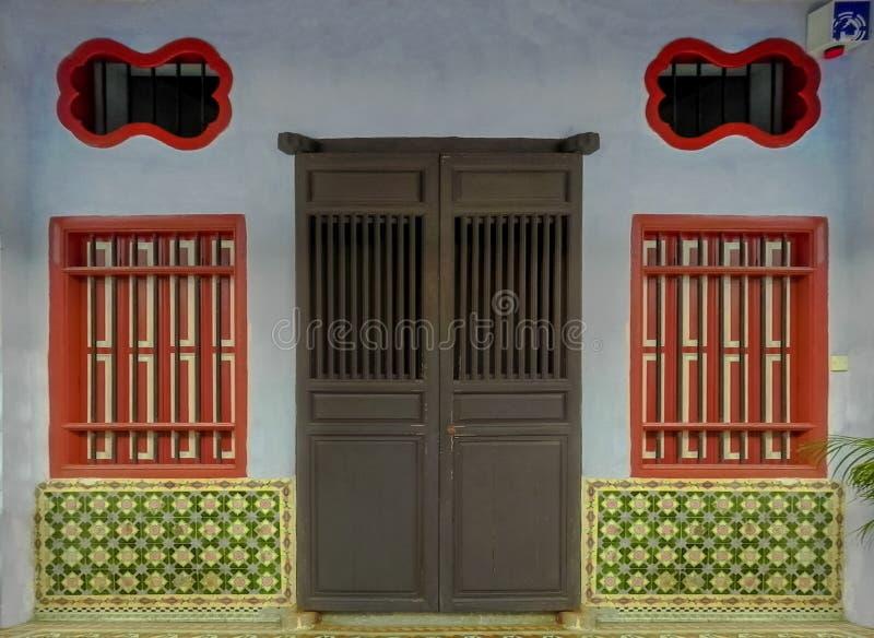 Een ornament en een architectuur van de deuren en de vensters stock foto