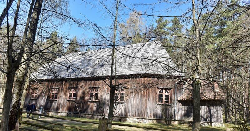 Een oud blokhuis in het Letse Etnografische Museum stock foto's