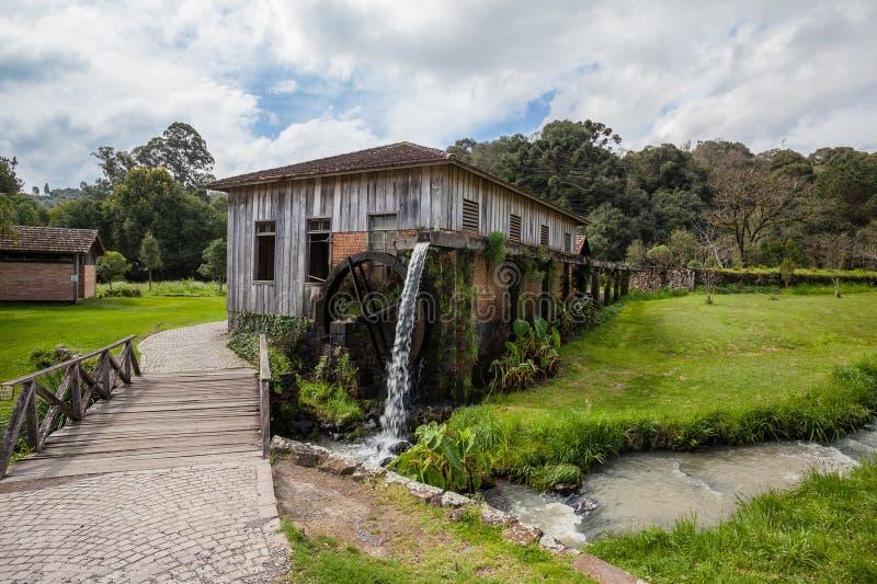 Een oud blokhuis met waterrad in Rio Grande doet Sul royalty-vrije stock afbeeldingen