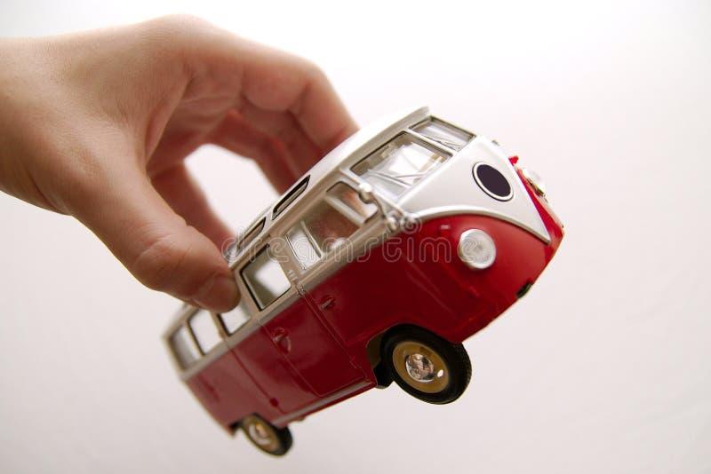 Een oud busstuk speelgoed in handen royalty-vrije stock foto's