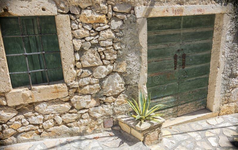 Een oud die huis van steen op Adriatische kosten wordt gemaakt royalty-vrije stock afbeelding