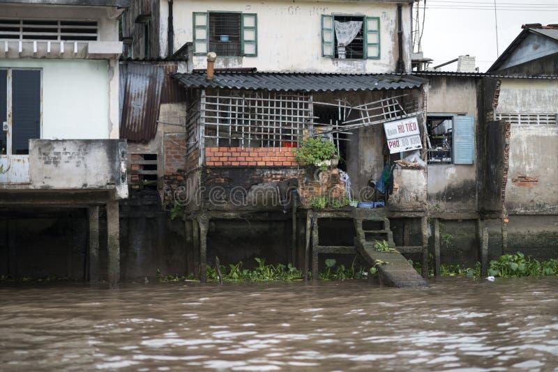 Een oud drijvend huis op de Mekong rivier, Vietnam Drijvende dorpen op Mekong stock afbeeldingen