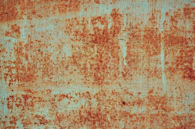 Een oud geschilderd die blad van ijzer met roest Abstracte achtergrond wordt behandeld royalty-vrije stock foto