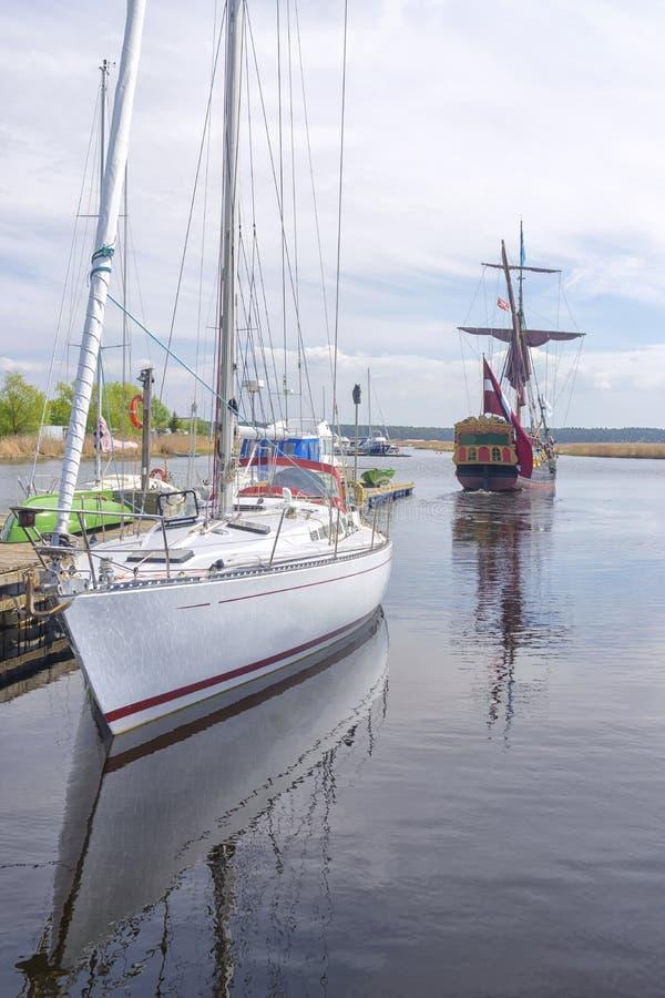 Een oud houten schip met zeilen royalty-vrije stock foto's
