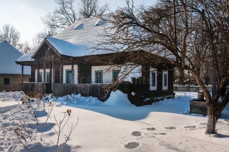 Een oud houtplattelandshuisje bij het Dorpsmuseum in Boekarest royalty-vrije stock afbeeldingen