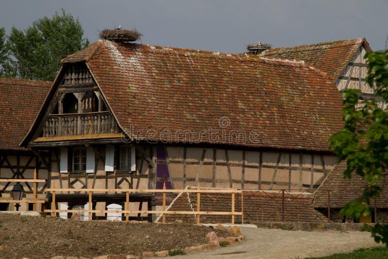 Een oud huis met storck op het dak royalty-vrije stock foto's