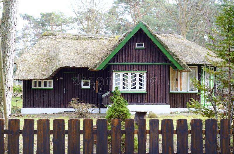 Download Een Oud Huis Met Traditioneel Reetdak Stock Foto - Afbeelding bestaande uit frame, kader: 39111176