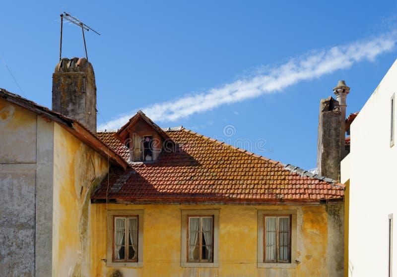 Een oud huis in Sintra, Portugal, met tegeldak en zolderkamer stock fotografie