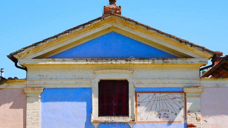 Een oud huis in Toscanië met een zonnewijzer royalty-vrije stock afbeeldingen