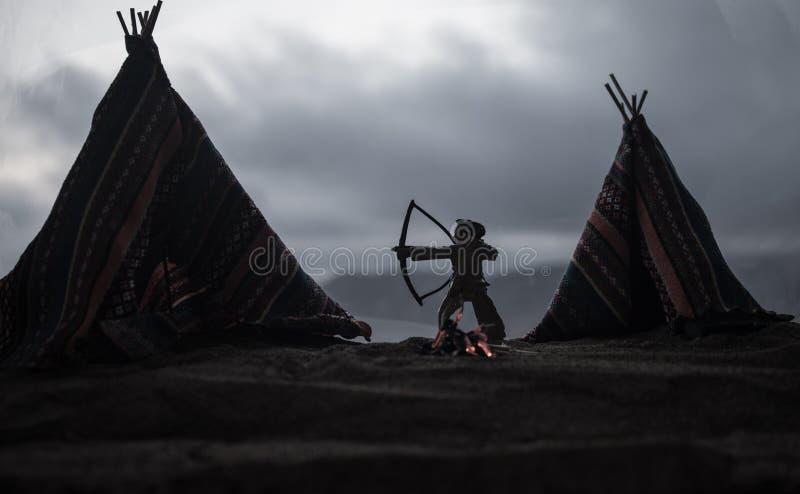 Een oud inheems Amerikaans tipi in de woestijn stock foto