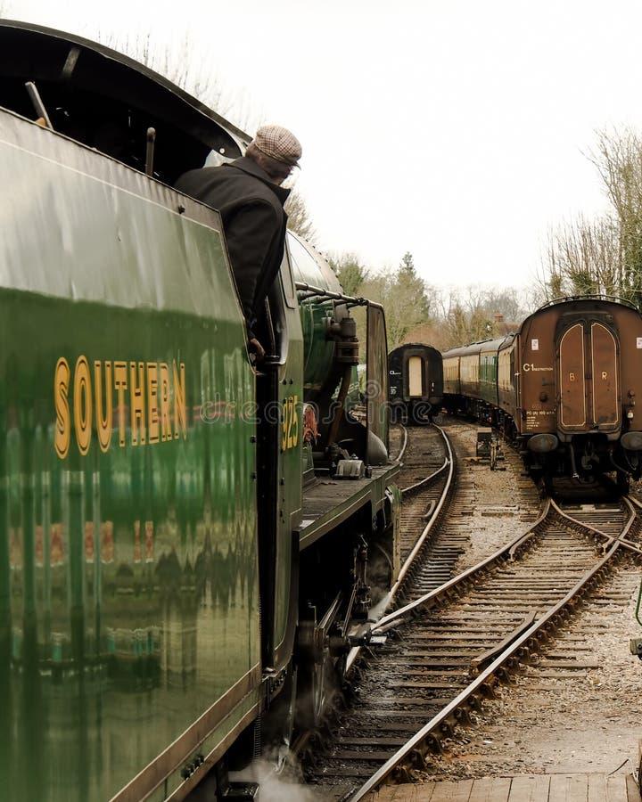 Een stoomtrein die spoorweg het opruimen naderen royalty-vrije stock foto's