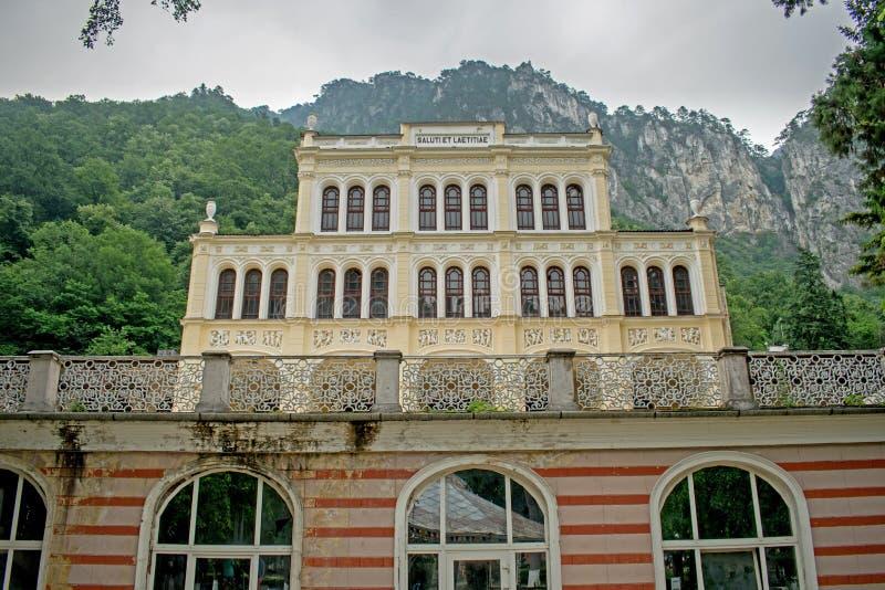 Een oud nu verouderd casino daterend terug naar 1850, gelegen op een mooi berggebied in Europa, Roemenië royalty-vrije stock foto