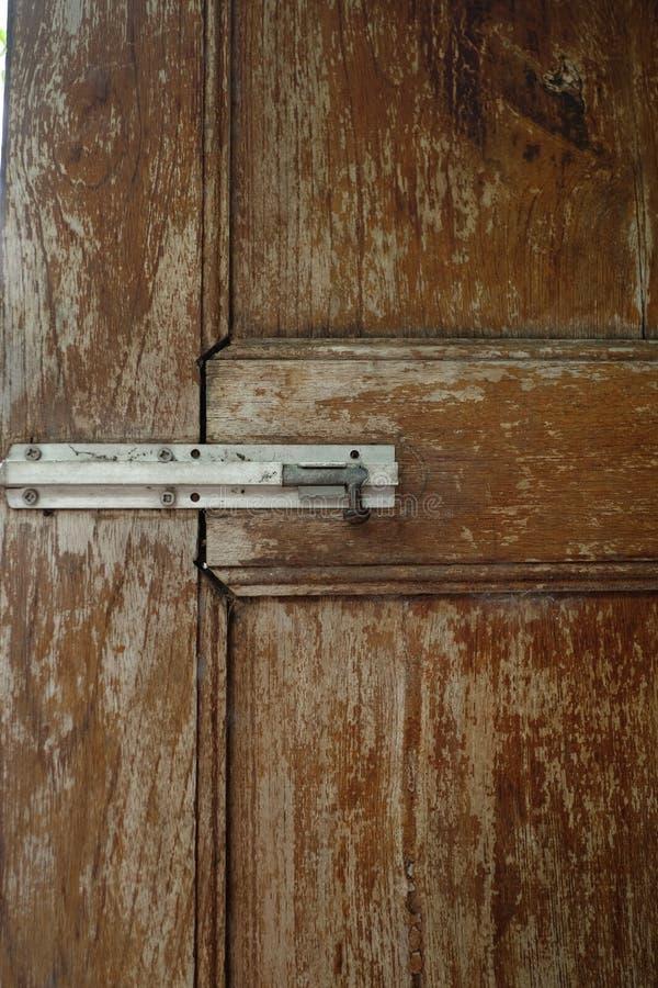 Een oud onveilig klein slot op een deur royalty-vrije stock foto