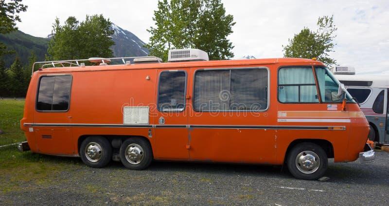 Een oud oranje huis op wielen zoals die bij een kampeerterrein in Alaska worden gezien stock afbeeldingen