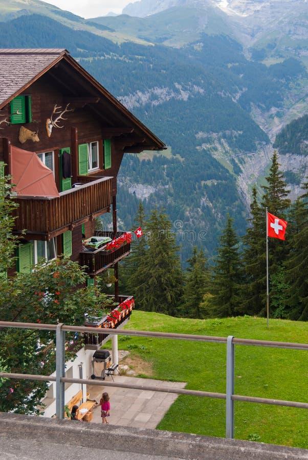 Een oud traditioneel Zwitsers Chalet in de beroemde Zwitserse skitoevlucht van Murren stock foto's