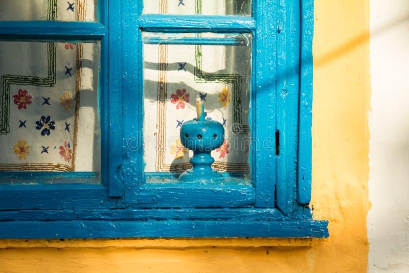 Een oud venster van een oud buitenhuis royalty-vrije stock fotografie