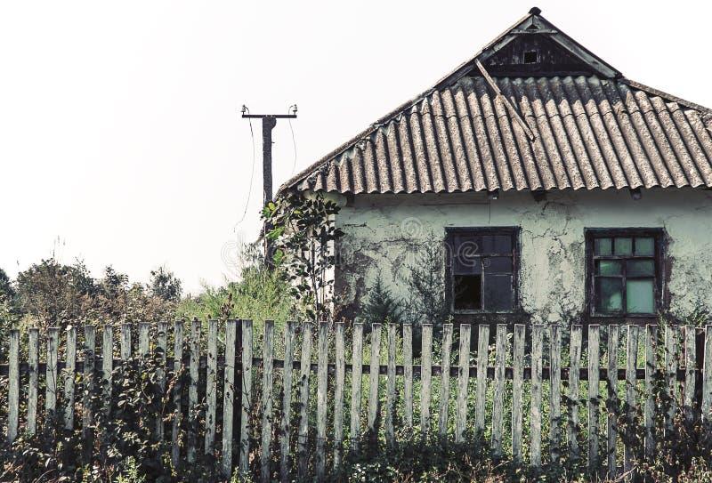 Een oud verlaten huis op een boerenerf stock afbeelding
